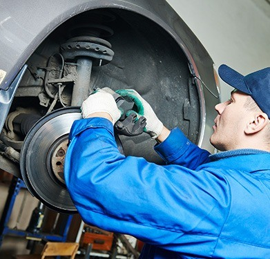 Car Accident Repairs in Watford And Hertfordshire - mechanic changing brake of vehicle